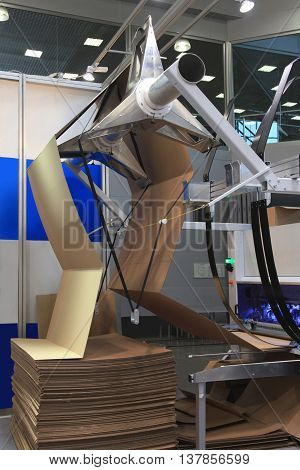 machine for cutting cardboard filing for cardboard boxes