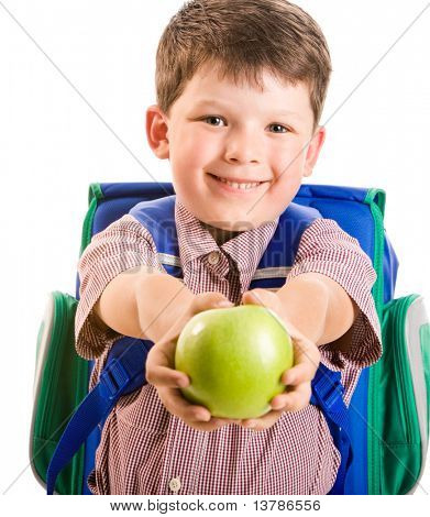 Retrato de bonito menino sorridente dando uma maçã verde