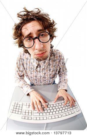 Fisheye-Schuss einen zerzausten unglückliche Mann Tippen auf der Tastatur