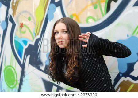 junge Modell mit dunklen Haaren. Graffiti Wall. fallen. Herbst