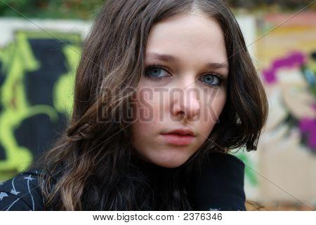Junge Modell mit dunklen Haaren. Graffiti-Wand. fallen. Herbst