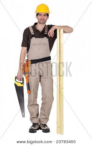 Retrato de um carpinteiro com uma serra manual