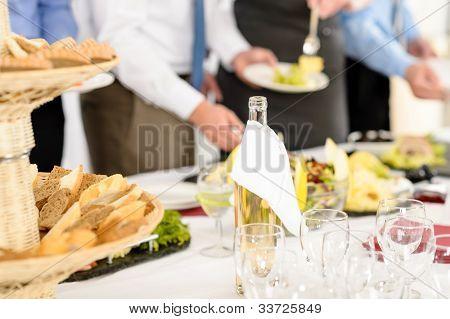 Gastronomie Geschäftsleute bedienen sich Frühstücksbüffet Firmenmeeting