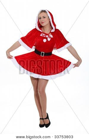 Senhora loira vestida como Miss Santa
