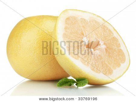 Pomelo ou chinês toranja isolada no branco