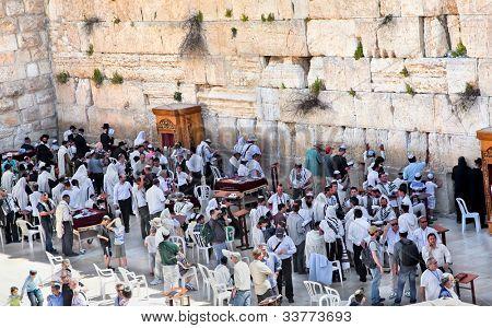JERUSALEM, ISRAEL - APRIL 26: Jews praying at the western wall on a jewish holiday Israel's 64th Independence Day on April 26, 2012 in Jerusalem, Israel