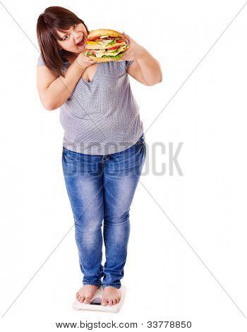 Perda de peso da mulher em escalas. Isolado.