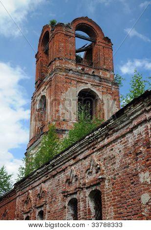Detalhe do meio-arruinada Igreja de Ortodoxa Russa