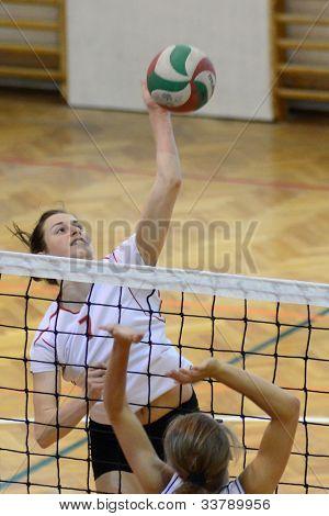 KAPOSVAR, Hungría - 18 de mayo: Zsuzsanna Talas (7) en acción en la final del campeón junior Húngaro
