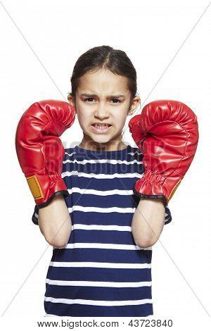 Jovem vestindo luvas de boxe com raiva