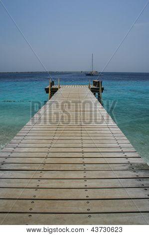 Hölzerne Steg und Blue Ocean