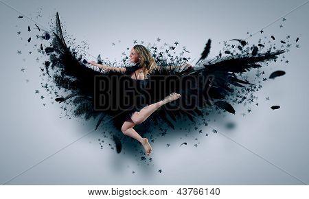 Mujer flotando en las alas oscuras
