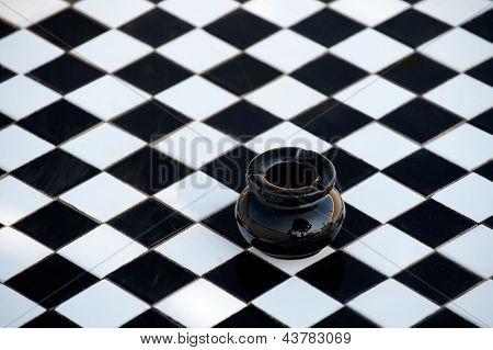 Mesa con cenicero negro a cuadros blanco y negro
