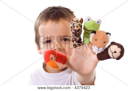 Muchacho con títeres de dedo