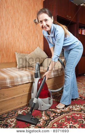Frauen Reinigung ihr Wohnzimmer
