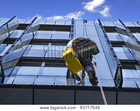 Climber Wash Glass Facade