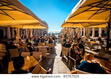 Republic square in Split with restaurants full of people.