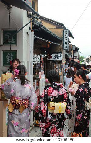Japanese girls in traditional Kimono at Kyoto Kiyomizu temple