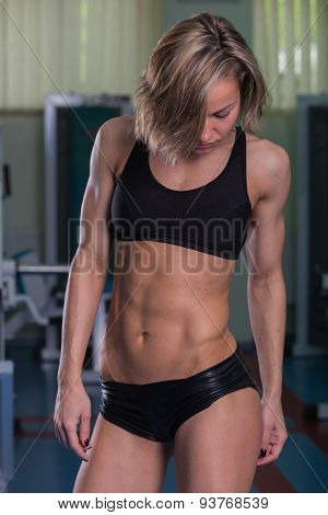 Girl pumps the major muscle groups in the gym