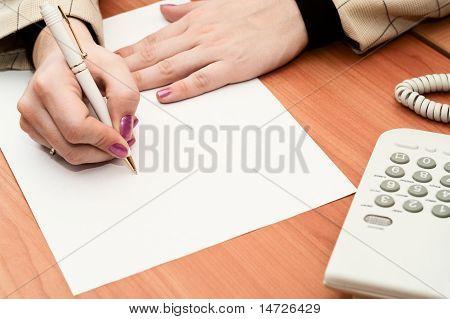 Frauen die Hände auf weißem Papier schreiben. Deaktivieren Sie leer