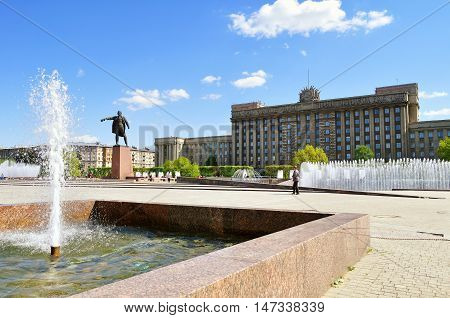 ST PETERSBURG RUSSIA - MAY 23 2015. Complex of singing fountains and monument to Vladimir Lenin at Moscow Square in sunny day in St Petersburg Russia
