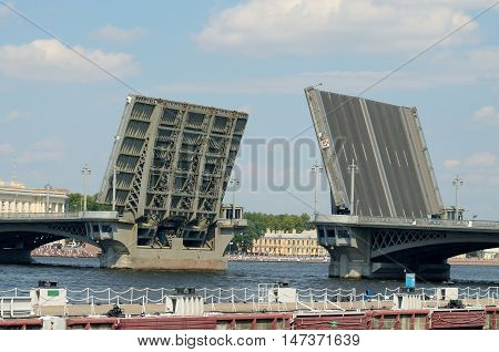 The bridge which is diluted during the passage of ships under him.