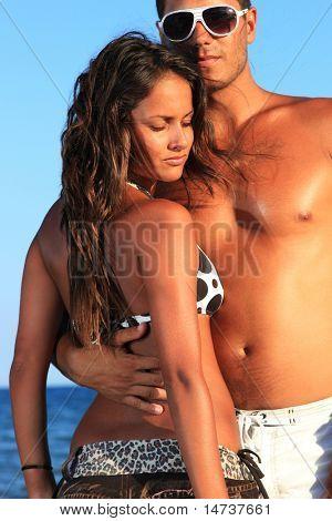 Постер, плакат: Романтическая пара весело на берегу моря, холст на подрамнике