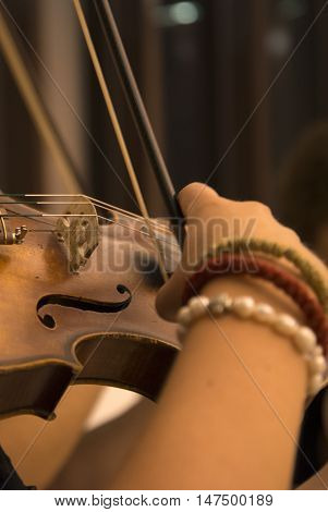 picture of a Woman Violinist playing violin