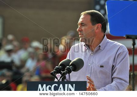 O'FALLON - AUGUST 31: Governor Mike Huckabee talks to the crowd at a McCain rally August 31, 2008 in O'Fallon, St. Louis, MO.