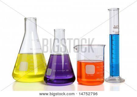 Cristalería de laboratorio sobre fondo blanco con reflejos de mesa - con trazado de recorte