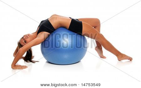 Junge Frau, die auf Fitness-Ball isolated over white background
