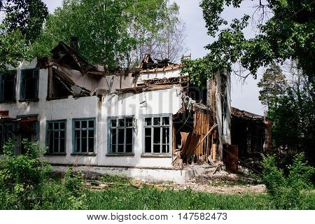The house is in ruin after demolish