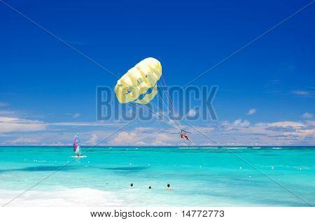 Hermosa playa del Caribe en República Dominicana. Personas irreconocibles.
