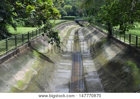 A picture showing an almost dry canal