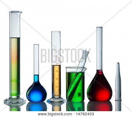Químicos frascos com reagentes isolados no fundo branco