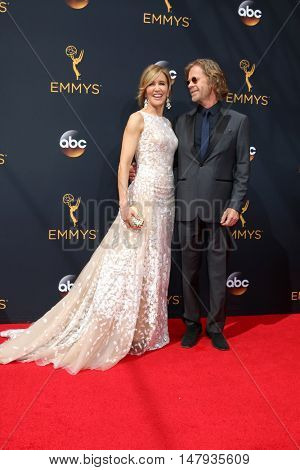 LOS ANGELES - SEP 18:  Felicity Huffman, William H Macy at the 2016 Primetime Emmy Awards - Arrivals at the Microsoft Theater on September 18, 2016 in Los Angeles, CA