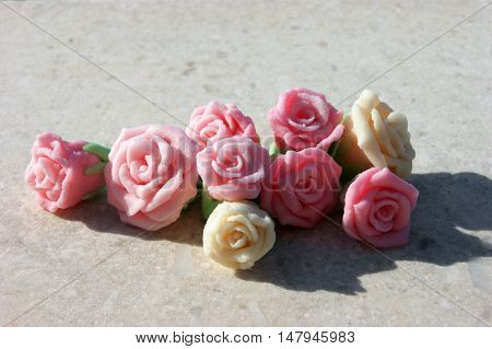 Sweet roses to decorate cakes and pastries