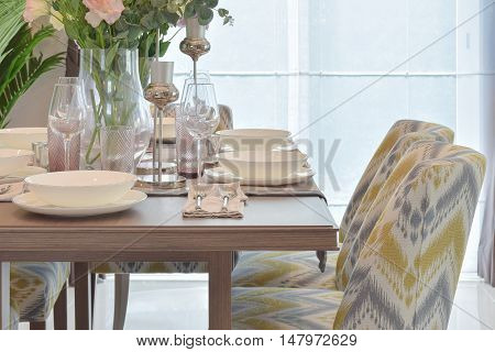 Elegance dining set with classic style chair