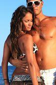 Постер, плакат: Романтическая пара весело на берегу моря