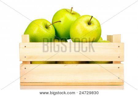 saftig grünen Äpfeln in einer Holzkiste, isoliert auf weiss