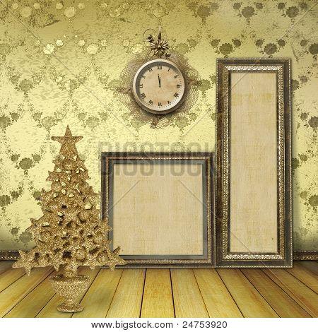 Weihnachtsbaum im alten Zimmer, mit Holzrahmen für Gemälde und Uhren