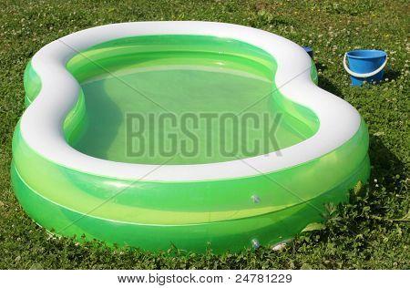 Farbfoto eines aufblasbaren Pools auf Gras