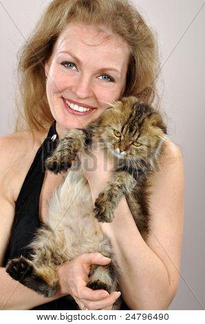 Mujer feliz con un gatito