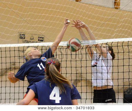 KAPOSVAR, Hungría - 18 de mayo: Zsuzsanna Talas (R) en acción en la final de la húngara de voleibol