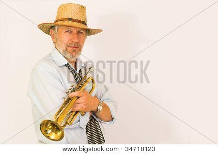 Trompetista em uma cabana de palha