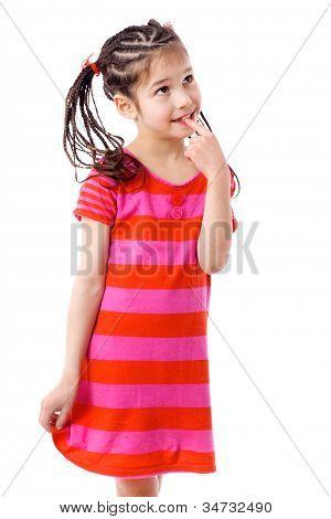 Chica pensativa en vestido rosa