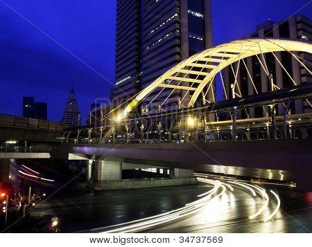 Schamhaare Himmelspfad durch moderne Bauten