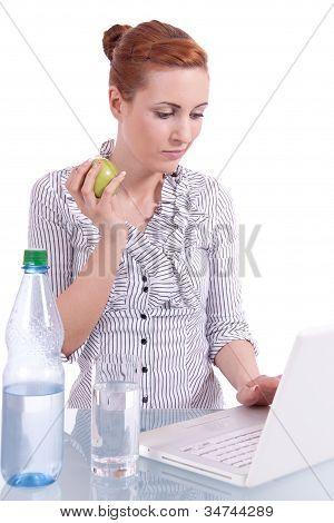 Junge geschäftsfrau auf Computer mit Imbiss isoliert