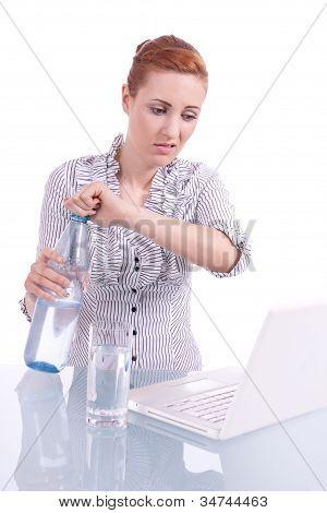 Mulher de negócios jovem no computador com lanche isolado