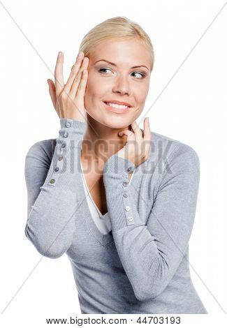 Chica examinar su cara y las arrugas que pueden aparecer, aislado en blanco